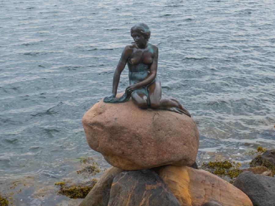 Das Wahrzeichen der Stadt - die kleine Meerjungfrau in Kopenhagen