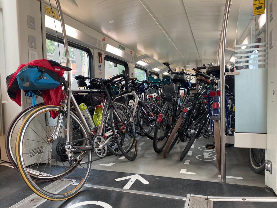 Mit Fahrrädern überfüllte Regionalbahn