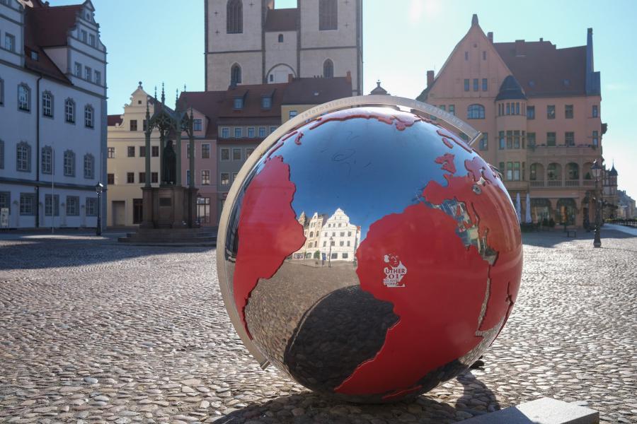 Spiegelnde Weltkugel auf dem Marktplatz von Lutherstadt Wittenberg