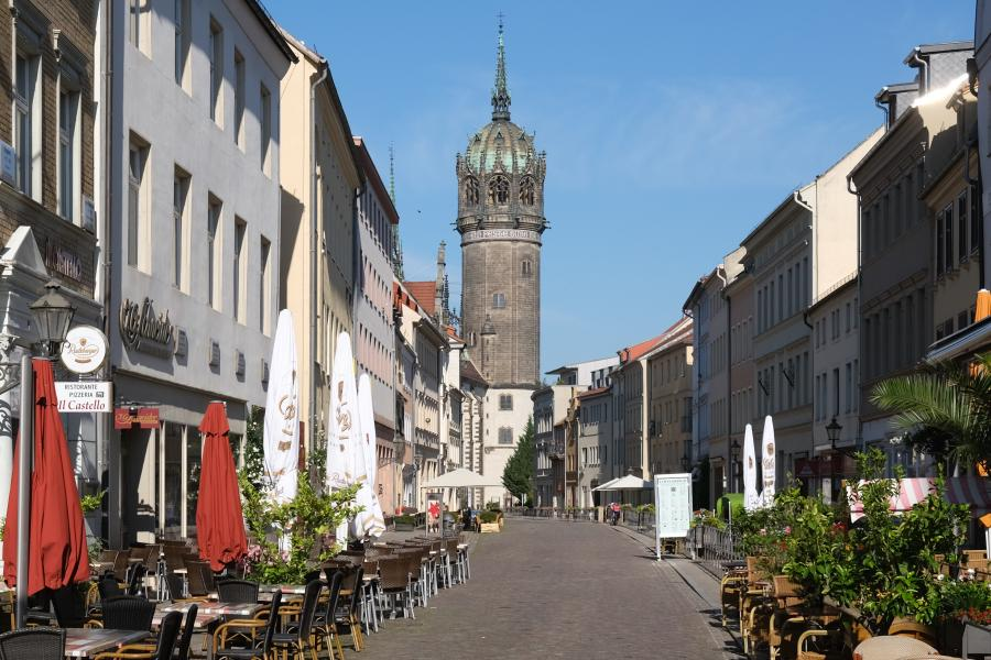 Blick entlang der Schlossstraße von Lutherstadt Wittenberg auf die Schlosskirche
