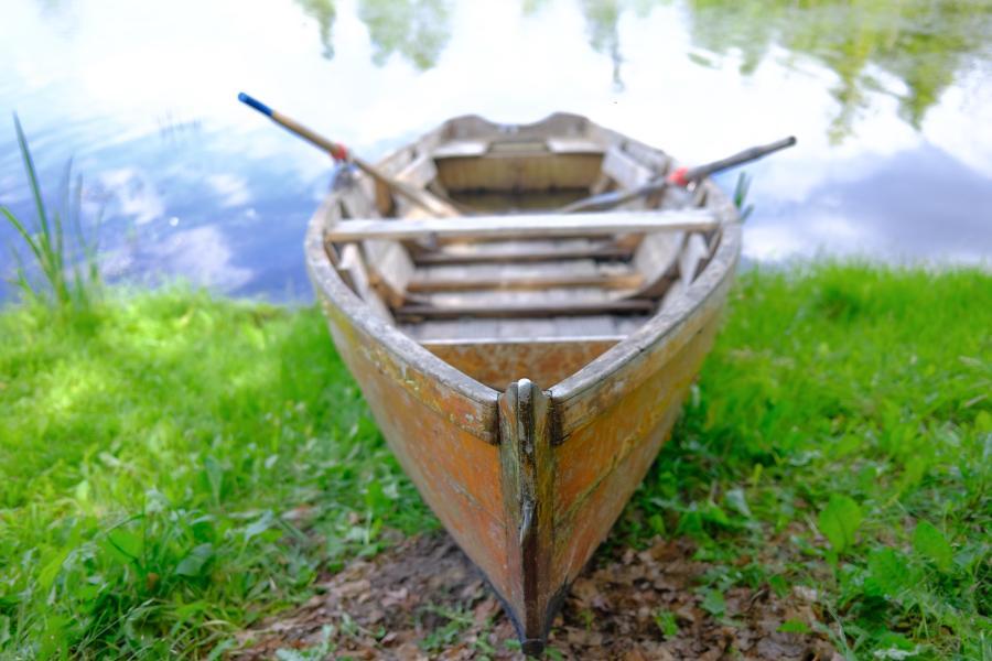 Ruderboot am See des Schlossgut Schwante