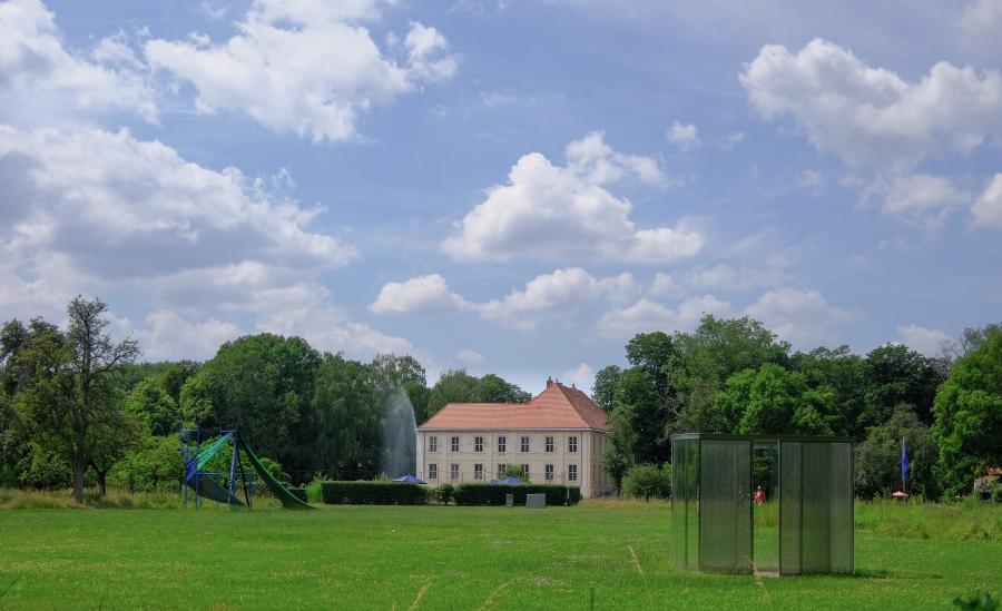 Schlossgut Schwante in Hintergrund, im Vordergrund Kunstinstallationen