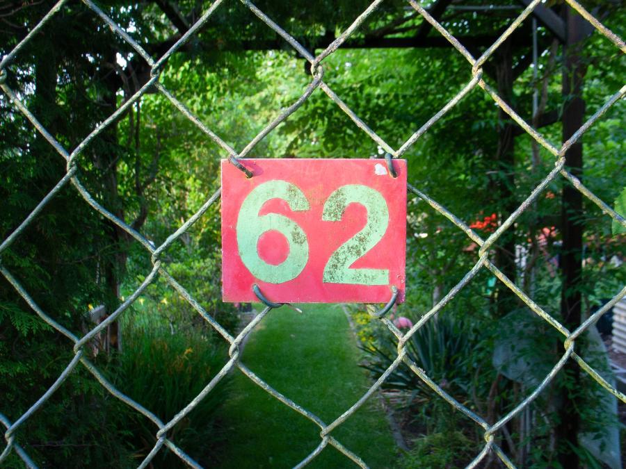 RAW Foto 7: Bokehtest; Schild einer Gartenparzelle