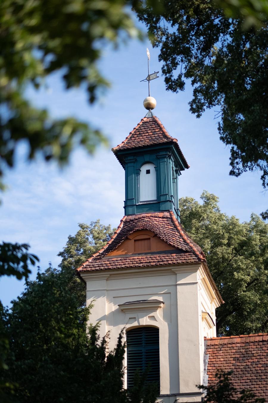 Turmspitze und Wetterfahne der Kirche Schönwalde Dorf