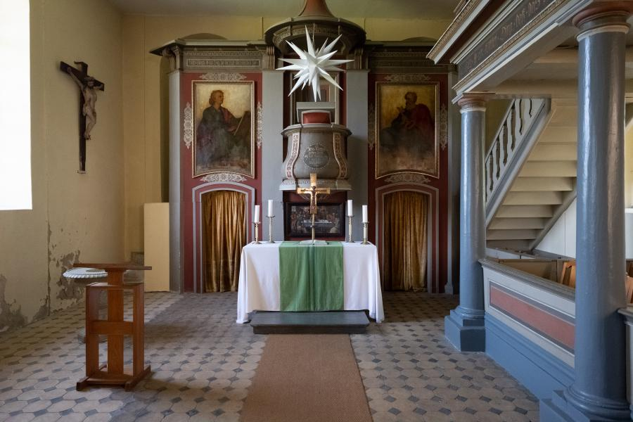 Altar und Aufstieg zur Empore, Dorfkirche Schwante
