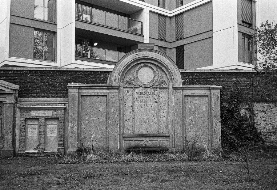 Domfriedhof der St.-Hedwigs-Gemeinde (Olympus µ II; Ilford HP5, Rodinal)
